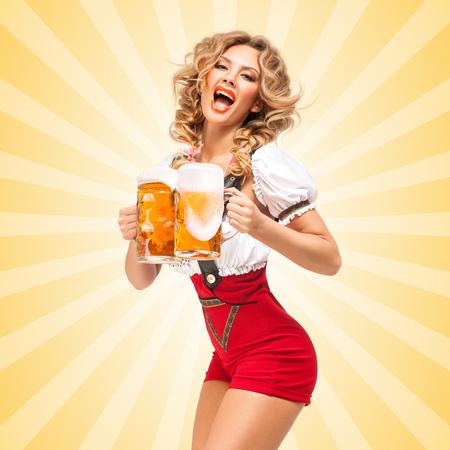 赤いジャンパーを着て魅力的なセクシーな美人はサービング 2 のビール ジョッキ カラフルな抽象的な漫画スタイルの背景に伝統的なギャザー スカ 写真素材