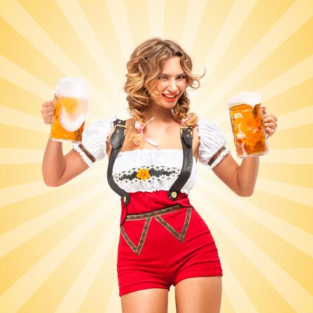 fille nue sexy: Belle femme sexy tentant de porter des shorts de cavaliers rouges avec des bretelles dans une forme d'un dirndl traditionnelle, desservant deux chopes de bière sur fond abstrait coloré de style de bande dessinée.