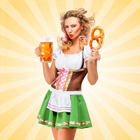 sexy young girl: Обиженный сексуальная женщина Октоберфест носить традиционные баварские широкая юбка в сборку платье позирует с кренделя и кружкой пива в руках на фоне красочных абстрактных мультяшном стиле.