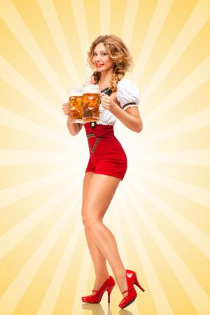 chica sexy: Hermosa mujer sexy tentador con pantalones cortos de color rojo puente con tirantes como dirndl tradicional, sirviendo dos tazas de cerveza con una sonrisa en el fondo colorido del extracto del estilo de dibujos animados. Foto de archivo