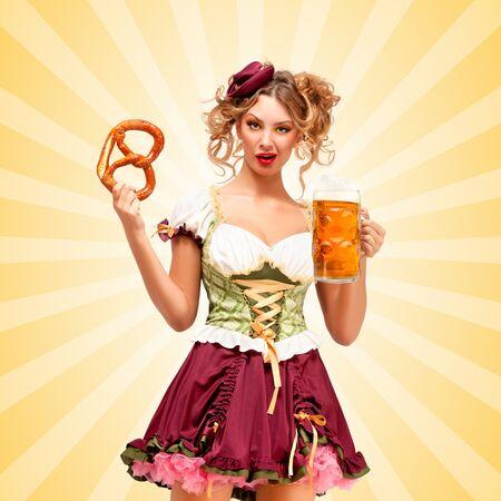 desprecio: Camarera hermosa Oktoberfest sexy vistiendo un tradicional dirndl vestido b�varos sosteniendo una taza de pretzel y la cerveza, y haciendo muecas de desprecio en el fondo colorido del extracto del estilo de dibujos animados.