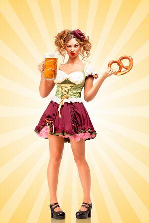 desprecio: Camarera hermosa Oktoberfest sexy vistiendo un tradicional dirndl vestido bávaros sosteniendo una taza de pretzel y la cerveza, y haciendo muecas de desprecio en el fondo colorido del extracto del estilo de dibujos animados.