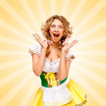 gente loca: Hermosa sexy asombró mujer Oktoberfest llevaba una tradicional bávaro dirndl vestido, mostrando emociones faciales felices en fondo abstracto colorido estilo de dibujos animados.