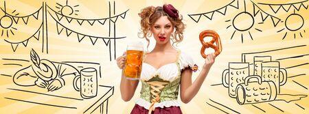 desprecio: Camarera hermosa Oktoberfest sexy vistiendo un tradicional dirndl vestido b�varos sosteniendo una taza de pretzel y la cerveza, y haciendo muecas de desprecio en la tienda de la cerveza chungo con fondo de turista borracho. formato de correo. Foto de archivo