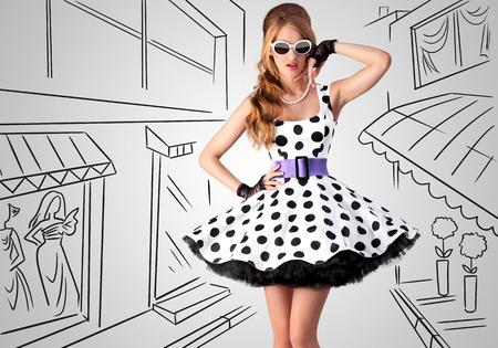 Weinlese-Foto von einem schönen Pin-Up-Mädchen tragen eine retro Polka-Dot Kleid und Sonnenbrille auf skizzen Hintergrund einer Einkaufsstraße.