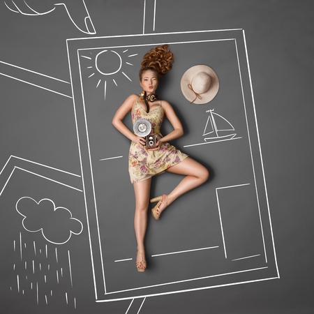 femme dessin: Vue d'en haut d'une belle clignement fille, portant un casque de musique vintage autour de son cou et tenant un vieil appareil photo vintage de photo avec ampoule flash sur fond tableau d'un album photo.