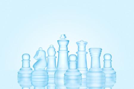 Strategia e concetto di leadership; figure di scacchi smerigliato fatti di ghiaccio, in piedi insieme come una famiglia pronta per il gioco.