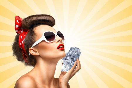 cubo: La foto de la vendimia de una chica pin-up de la vendimia glamour que sostiene un cubo de hielo fresco en su piel para el rejuvenecimiento de fondo abstracto multicolor de estilo de dibujos animados.