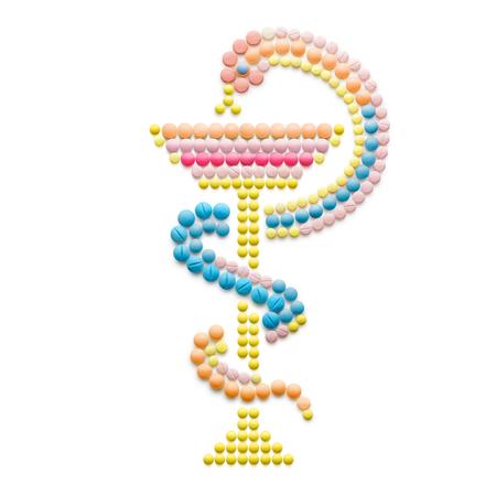 medicina creativo e il concetto di assistenza sanitaria fatta di droghe e pillole, isolato su bianco. Snake con una ciotola, ciotola di Hygieia come uno dei simboli di farmacia