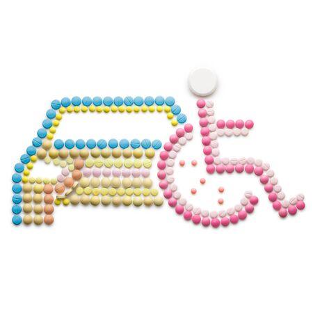 simbolo medicina: medicina creativo y el concepto de salud hecha de medicamentos y pastillas, aislado en blanco. Resumen símbolo de la silla de ruedas no válida, persona con discapacidad en silla de ruedas en la parte delantera de un coche.