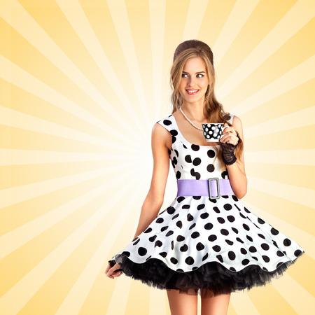Kreative Vintage-Foto von einem schönen Pin-up-Mädchen in einem gepunkteten Kleid, eine Tasse Tee auf bunte abstrakte Cartoon-Stil Hintergrund.
