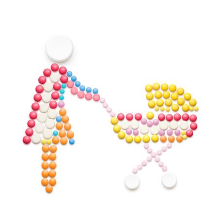 in vitro: medicina creativo y el concepto de salud de píldoras, madre con cochecito de niño, aislado en blanco.