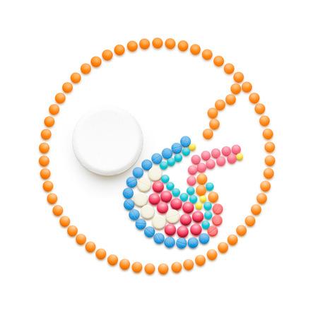 medicina creativo y el concepto de salud de píldoras, ecografía del bebé probeta FIV, aislado en blanco.
