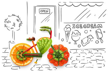 Creatief voedsel concept foto van een fiets, gemaakt van vruchten en groenten, geparkeerd op schetsmatige stedelijke achtergrond. Stockfoto