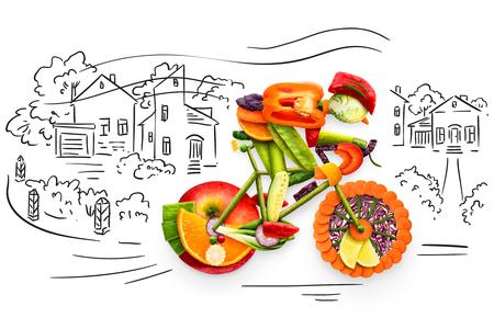 Gezond voedselconcept een fietser die een fiets berijden die van verse groenten en vruchten, op schetsmatige achtergrond wordt gemaakt.
