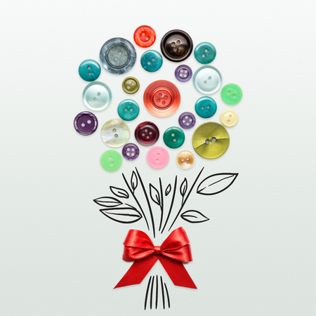 꽃다발의 크리 에이 티브 발렌타인 개념 사진 회색 배경에 활과 버튼의 화가.