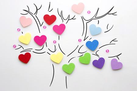 白い背景の木の上の心の創造的なバレンタイン コンセプト写真。