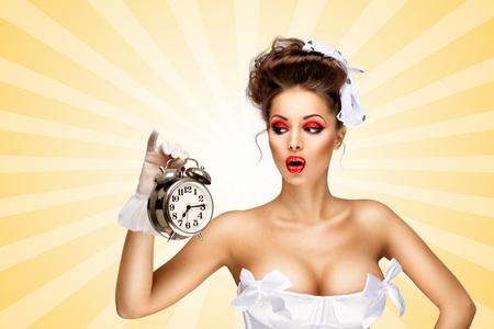 fille sexy nue: Sexy mariée pinup dans un corset de mariage vintage tenant un réveil rétro et grimacer sur coloré fond abstrait de style de bande dessinée. Banque d'images