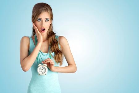 彼女の手のヴィンテージと恥ずかしい女の子の概念的な写真の時計します。 写真素材