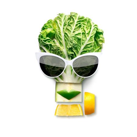Peculiar concepto de alimentos de la cara femenina de estilo cubista en gafas de sol hechas de frutas y verduras, aislado en blanco.