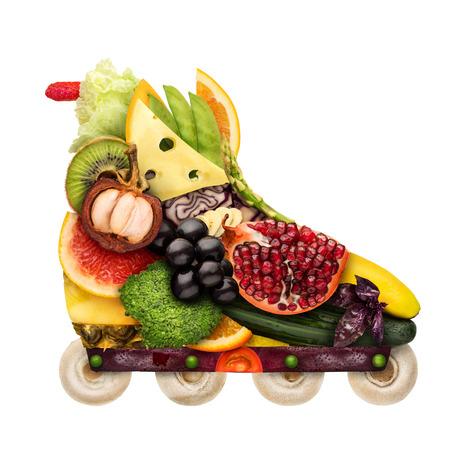Concepto de comida saludable de patín en línea hecho de verduras frescas llenas de vitaminas, aislado en blanco. Foto de archivo