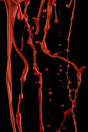 Een sappige rode verf spatten tegen zwarte achtergrond.