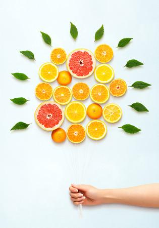 건강 식품 개념 및 신선한 감귤 류의 과일로 만든 꽃다발의 창조적 인 아직도 인생. 스톡 콘텐츠