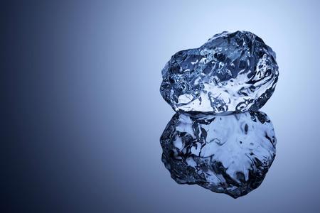 Un pedazo profesional formado de hielo en la superficie reflectante.