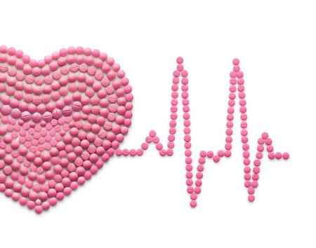 Creatieve geneeskunde en gezondheidszorgconcept gemaakt van drugs en pillen, geïsoleerd op wit. ECG, een menselijk hart met een hartslag.