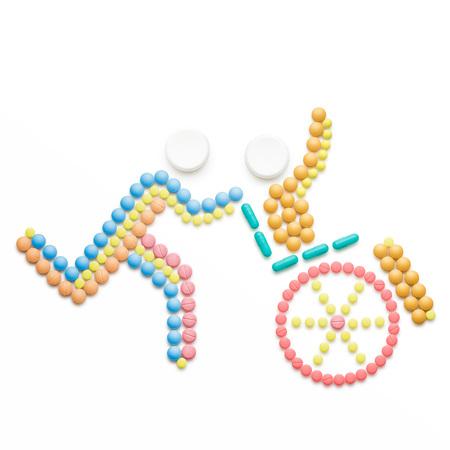 創造的な医学と薬のヘルスケアの概念と錠剤は、白で隔離。障害者車椅子に座って近く実行している介護アシスタント。