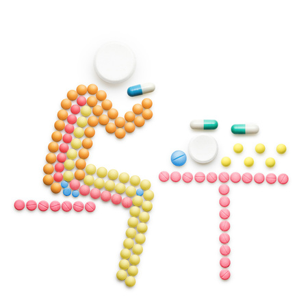 薬、丸薬; 作った創造的な医学およびヘルスケアの概念病気の人のテーブルと白で隔離して薬で座っています。 写真素材
