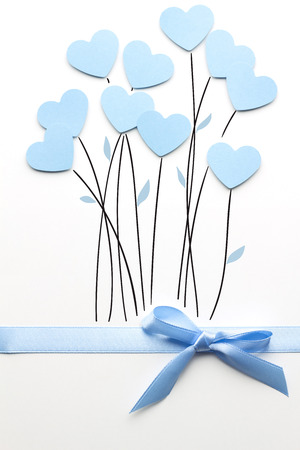 白い背景の上の紙で作られた花としての心の創造的なバレンタイン コンセプト写真。 写真素材