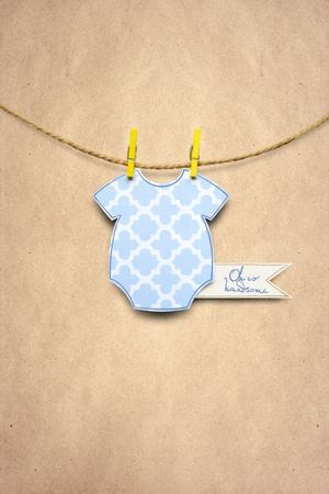 Foto creativa del concepto de los puentes de un niño hechos del papel en fondo marrón. Foto de archivo - 82396453