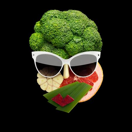 과일 및 야채, 검정색 배경에 만든 선글라스 입체파 스타일 여성 얼굴의 변덕스러운 음식 개념. 스톡 콘텐츠