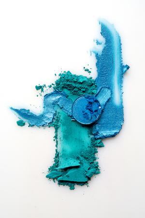 Foto creativa di concetto dei campioni dei cosmetici su fondo bianco.