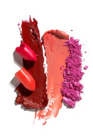 Foto de concepto creativo de muestras de cosméticos sobre fondo blanco.