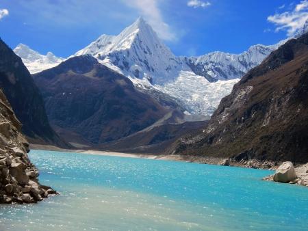 Alpamayo pico y el lago Foto de archivo - 14458693