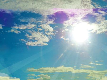 雲の背景が付いている青い空に sunrays