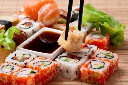 comida japonesa: Sushi tradicional comida japonesa. Closeup sushi japonés en una servilleta de bambú. Sushi colección