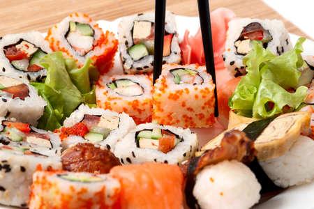 comida japonesa: Sushi tradicional comida japonesa. Closeup sushi japon�s en una servilleta de bamb�. Sushi colecci�n