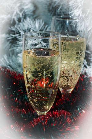 sektglas: Zwei Gl�ser Champagner mit Reflexion, auf die Farbe Lametta f�r Hintergrund