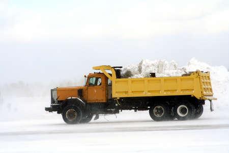 the dump truck: Volcado de camiones de transporte fuera de nieve en el aeropuerto