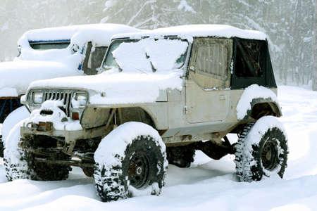Off-road voertuig in de sneeuw Stockfoto