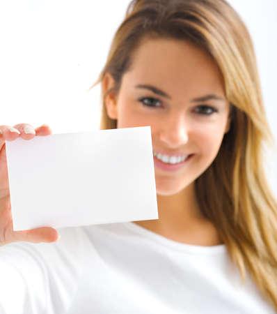 hand business card: giovane ragazza bionda con la carta di ritratto Withe