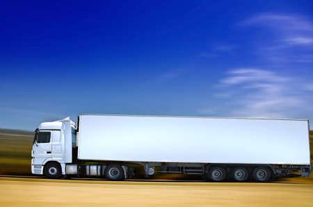 trailer: semi-truck blanco en carretera