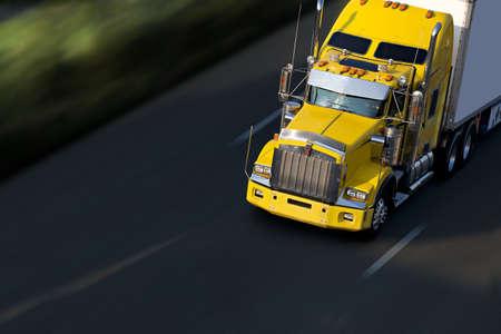 camión: semi-truck amarillo de velocidad en carretera  Foto de archivo