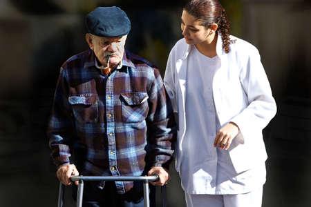 haushaltshilfe: Personal helfen, einen alten senior Lizenzfreie Bilder