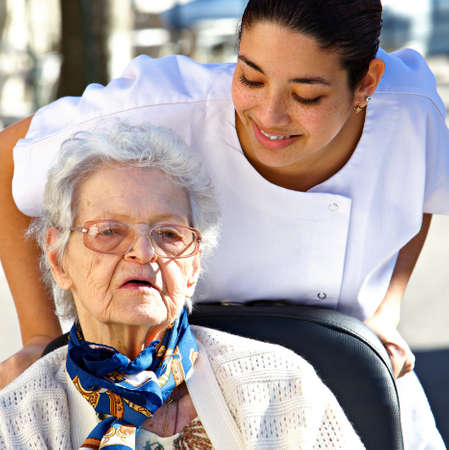 aide a domicile: personnel aider une jeune femme.  Banque d'images