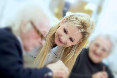 haushaltshilfe: Medizinische Personal mit senior Lizenzfreie Bilder