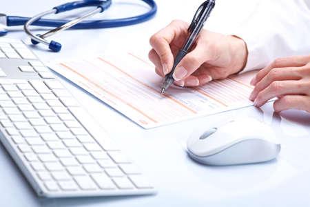ordenanza: manos médicas con teclado